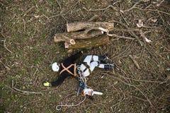 Boscaiolo danneggiato con la motosega che si trova sulla terra dopo la caduta immagine stock