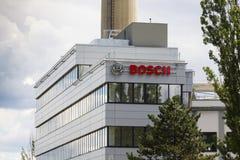 Bosch korporationslogo på byggnaden av högkvarter på Juni 18, 2016 i Prague, Tjeckien Royaltyfria Bilder