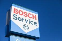 Bosch-Logo nahe einem Bosch-Service-Gebäude stockbilder