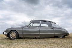 BOSCHENHOOFD/NETHERLANDS-JUNE 11, 2018: boczny widok popielaty klasyczny Citroen DS przy klasycznym samochodowym spotkaniem To je zdjęcia royalty free