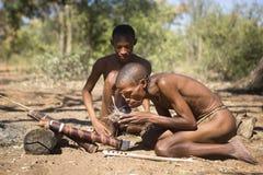 Boscimani di San che iniziano un fuoco fotografia stock libera da diritti