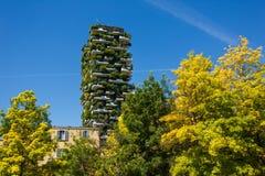 Bosco Verticale byggnader i Milan Arkivbild