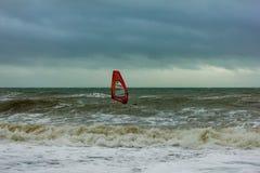Boscombe, Dorset/Regno Unito - 26 gennaio 2019: Windsurfer in un mare in tempesta ed in un cielo scuro immagine stock
