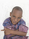 Boshafter Junge, der seine Arme, fünf Jahre alt kreuzt Stockfotos