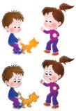Boshafter Junge und Mädchen, welche die Katze neckt Stockbild