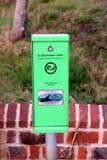 Bosham,苏克塞斯,英国- 2017年2月15日:近狗废袋子分配器 免版税库存图片