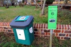 Bosham, Sussex, Großbritannien - 15. Februar 2017: Hundeüberschüssiger Behälter und -tasche dispen Lizenzfreie Stockbilder