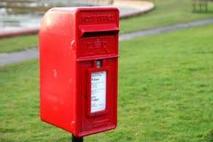 Bosham Sussex, UK - Februari 15th 2017: Traditionell röd brittisk stolpe Royaltyfria Bilder