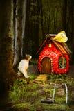 Boshuis van een kleine kat Kinderen` s fairytale verhaal stock foto's