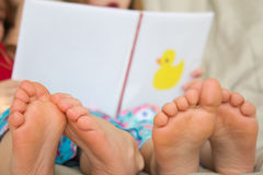 Bosi dzieci czyta opowieść zdjęcie stock