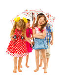 Bosi dzieci pod parasolem zdjęcia stock
