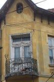 Bosilegrad Serbien, 11 06 2017 - En gammal gul byggnad Arkivbild