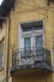 Bosilegrad Serbien, 11 06 2017 - En gammal gul byggnad Arkivbilder
