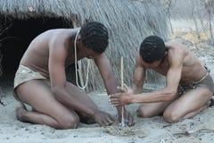 Bosjesmannen die brand aansteken Stock Fotografie
