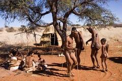 Bosjesmannen het dansen stock foto's