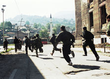 BOSNIAN CIVIL WAR. Bosnian army troops of the 10th Mountain Brigade run through the streets during fierce fighting in Sarajevo, Bosnia, on Thursday, June 3, 1993 stock photos