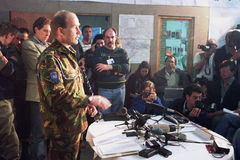 BOSNIAN CIVIL WAR. A British Army press officer with UNPROFOR, the United Nations Peace Keeping operation in Bosnia, speaks with with the international press royalty free stock images