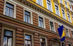Bosnien-Markierungsfahne und Krieg-Schaden Lizenzfreie Stockfotos