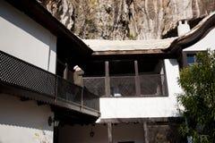 BOSNIEN OCH HERCEGOVINA: Muslimsk man som utbildas i islamisk teologi, Mullah, appeller för att be på en balkong av den Sufi klost arkivfoton