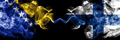 Bosnien och Hercegovina som ?r bosnisk, Finland, finska, bl?ddrar tjocka f?rgrika r?kiga flaggor f?r konkurrens Europeiska fotbol arkivfoto