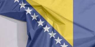 Bosnien und Herzegowina Gewebeflaggenkrepp und -falte mit Leerraum stockbilder