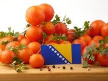 Bosnien und Herzegowina kennzeichnen auf einer Holzverkleidung mit Tomatenisolator Lizenzfreie Stockfotos