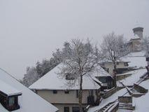 Bosnisches Dorf und Schloss im Schneesturm Lizenzfreie Stockbilder