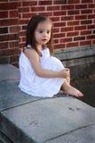 Bosonoga mała dziewczynka w bielu fotografia stock