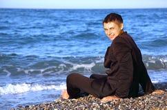 bosonogi brzegowy mężczyzna siedzi uśmiechniętego kostium fotografia royalty free