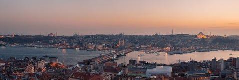Bosphorus全景从加拉塔塔的在伊斯坦布尔,土耳其 游人参观这幅巨大全景的加拉塔塔 免版税库存图片