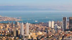 Bosphorus和伊斯坦布尔都市风景徒升空中timelapse与游人浮动小船和金黄垫铁的 股票录像