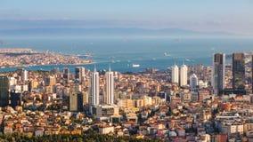Bosphorus和伊斯坦布尔都市风景空中timelapse与游人浮动小船和金黄垫铁的 股票视频