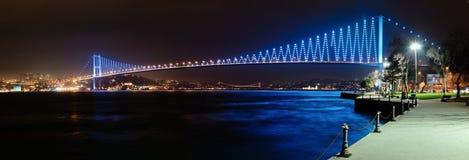 Bosphorus夜场面的桥梁全景 免版税图库摄影