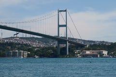 Bosphorus桥梁和海峡的亚洲结尾,如被看见从Ortakoy清真寺在伊斯坦布尔,土耳其 免版税库存照片