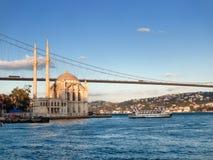 Bosphorus桥梁和Ortakoy清真寺在伊斯坦布尔 库存图片