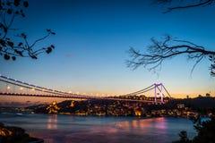 Bosphorus桥梁在晚上伊斯坦布尔/土耳其 免版税库存图片