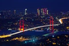 Bosphorus桥梁在晚上在伊斯坦布尔,土耳其 图库摄影