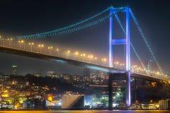 Bosphorus桥梁看法在晚上伊斯坦布尔 库存照片