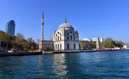 Bosphorus海岸的Dolmabahce清真寺在伊斯坦布尔,土耳其 库存照片