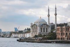 Bosphorus的银行的Ortakoy清真寺 免版税库存照片