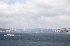 Bosphorus Мост над Bosphorus видим в расстоянии стоковое изображение