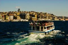 Bosphorus-Ausflugboot mit Istanbul-Skylinen Stockfotos