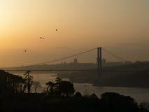 Bosphorus-Brücke bei dem Sonnenuntergang Stockfotos