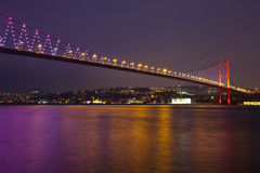 Bosphorus Brücke nachts lizenzfreie stockfotos