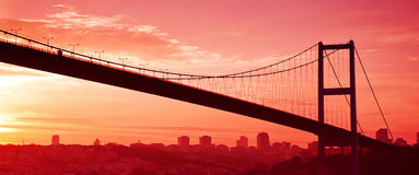 Bosphorus bro i Istanbul på solnedgången. Royaltyfria Bilder