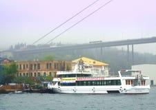 Bosphorus bro och skepp Arkivbilder