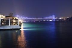 Bosphorus bro på natten Royaltyfri Fotografi