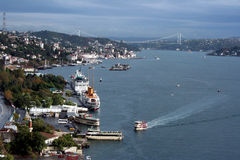 Bosphorus comme semblent de passerelle de Bosphorus Image stock