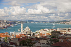 Bosphorus, ¼ de Eminönà la nueva mezquita y Bosphorus tienden un puente sobre Foto de archivo