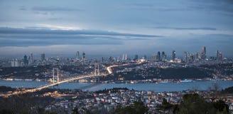 Bosphorus et passerelle la nuit, Istanbul Image libre de droits